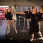 """Ballerina's van Phoenix Cultuur hebben lessen """"buiten"""""""