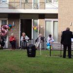 Hans van Liempd zingt voor 85 jarige mevrouw Schakenraad